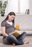 Mulher gravida em casa. fotos de stock