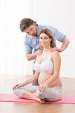 Mulher gravida em classes imagens de stock royalty free