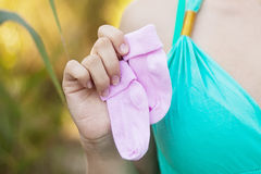 Mulher gravida em ocasional com dois tipos das peúgas fotografia de stock