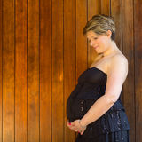Mulher gravida exterior Foto de Stock Royalty Free