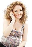 Mulher gravida feliz com telefone móvel Foto de Stock Royalty Free