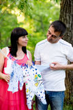 Mulher gravida feliz e seu marido no parque Fotografia de Stock