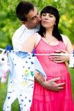 Mulher gravida feliz e seu marido no parque Fotos de Stock Royalty Free