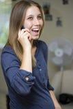 Mulher gravida feliz no telefone Fotos de Stock Royalty Free