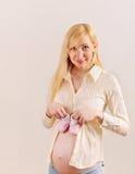 Mulher gravida feliz surpreendida bonito que espera um bebê com litt Foto de Stock Royalty Free