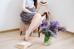 A mulher gravida guarda as m?os na barriga Gravidez, maternidade, conceito da expectativa Foto da gravidez P?s bonitos da mulher foto de stock