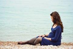Mulher gravida macia Fotos de Stock Royalty Free