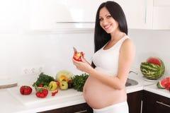 Mulher gravida na cozinha Imagem de Stock Royalty Free