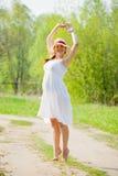 Mulher gravida na estrada do verão Fotos de Stock