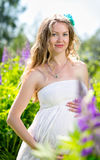 Mulher gravida na natureza Imagens de Stock Royalty Free