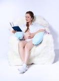 Mulher gravida na poltrona Fotos de Stock