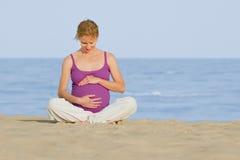 Mulher gravida na praia Imagens de Stock Royalty Free