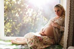 Mulher gravida na soleira fotos de stock