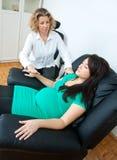 Mulher gravida na terapia foto de stock