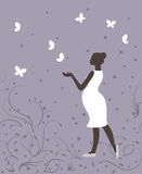 Mulher gravida nas borboletas brancas e brancas no fundo violeta Imagens de Stock Royalty Free