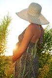 Mulher gravida no campo Foto de Stock Royalty Free
