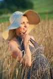 Mulher gravida no campo Fotografia de Stock