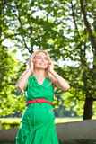 Mulher gravida no parque Fotografia de Stock Royalty Free