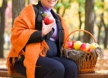 Mulher gravida no parque do outono Fotografia de Stock Royalty Free