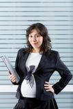 Mulher gravida no trabalho imagens de stock