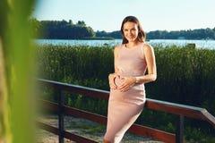 Mulher gravida nova bonita em antecipação a um recém-nascido em 9 Fotos de Stock Royalty Free
