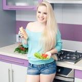 Mulher gravida nova bonita que aprecia o pão fresco e a salada fotografia de stock royalty free
