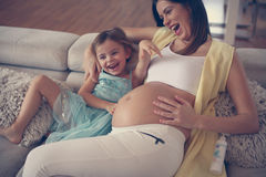 Mulher gravida nova com filha Fotos de Stock
