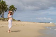 Mulher gravida nova na praia Imagem de Stock