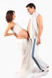Mulher gravida nova na roupa e no homem brancos Imagens de Stock Royalty Free