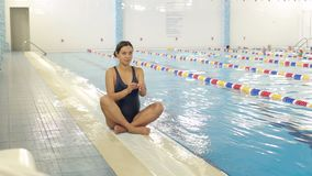 Mulher gravida nova perto de uma piscina vídeos de arquivo