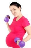 Mulher gravida nova que faz o exercício Imagens de Stock