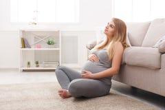 Mulher gravida pensativa que sonha sobre a criança fotos de stock royalty free