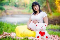 Mulher gravida perto do lago Imagem de Stock