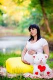 Mulher gravida perto do lago Fotografia de Stock Royalty Free