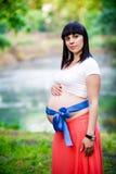 Mulher gravida perto do lago Imagens de Stock