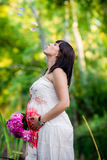 Mulher gravida perto do lago Foto de Stock Royalty Free