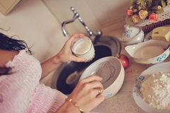 A mulher gravida prepara o café da manhã Fotografia de Stock Royalty Free