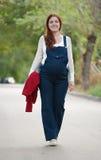 Mulher gravida que anda no stree Imagem de Stock Royalty Free