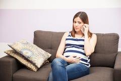 Mulher gravida que chama seu doutor Imagem de Stock Royalty Free