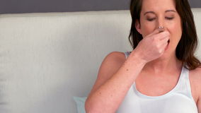 Mulher gravida que come a fruta vídeos de arquivo