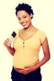 Mulher gravida que come o chocolate Fotos de Stock