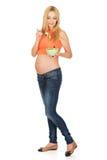 Mulher gravida que come a salada Fotos de Stock