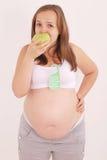 Mulher gravida que come uma maçã Imagem de Stock Royalty Free