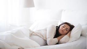 Mulher gravida que dorme na cama em casa 18 video estoque