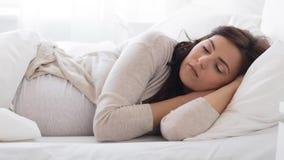 Mulher gravida que dorme na cama em casa 39 vídeos de arquivo