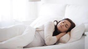 Mulher gravida que dorme na cama em casa 19 vídeos de arquivo