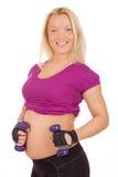 Mulher gravida que faz exercícios da aptidão Fotografia de Stock