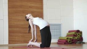 Mulher gravida que faz o esticão e a aptidão no gym filme
