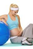 Mulher gravida que faz o exercício Fotografia de Stock