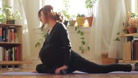 Mulher gravida que faz o hd da ioga video estoque